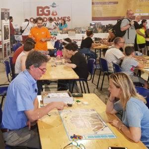 Coppia che gioca presso l'area Giochi da tavolo di Giochi Ducali 2019