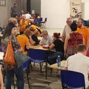Momenti di gioco nell'area giochi da tavolo a Vigevano